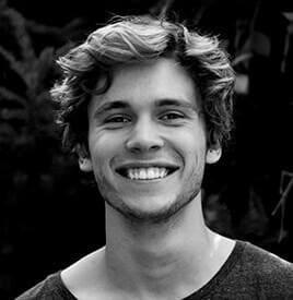 Młody uśmiechnięty mężczyzna