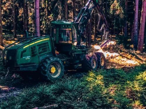 Zielony harvester przy pracy
